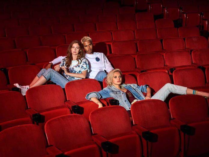 Молодые люди в кинозале