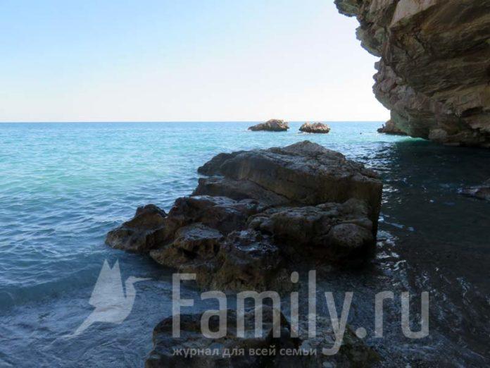 Средиземное море и скалы