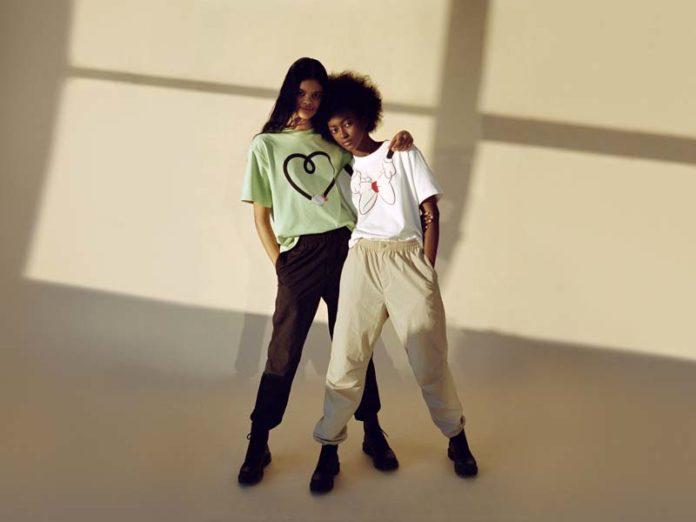 2 девушки в футболках