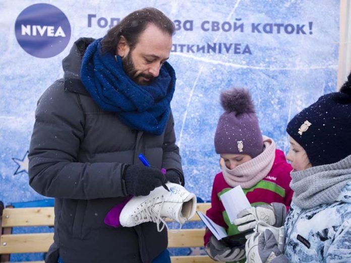 Илья Авербух ставит автограф на коньки