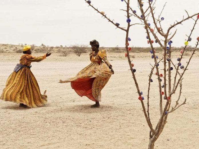 Женщины танцуют в пустыне