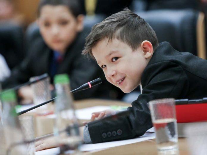 Мальчик на пресс-конференции