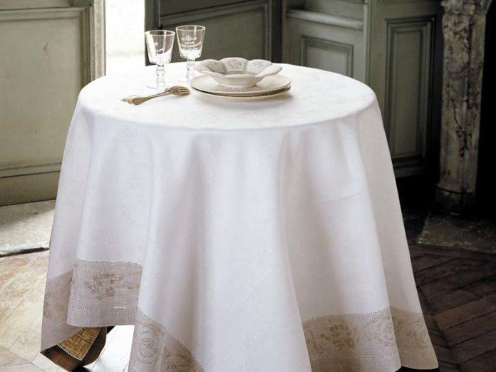 Посуда на белой скатерти
