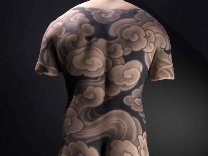 Торс в татуировке