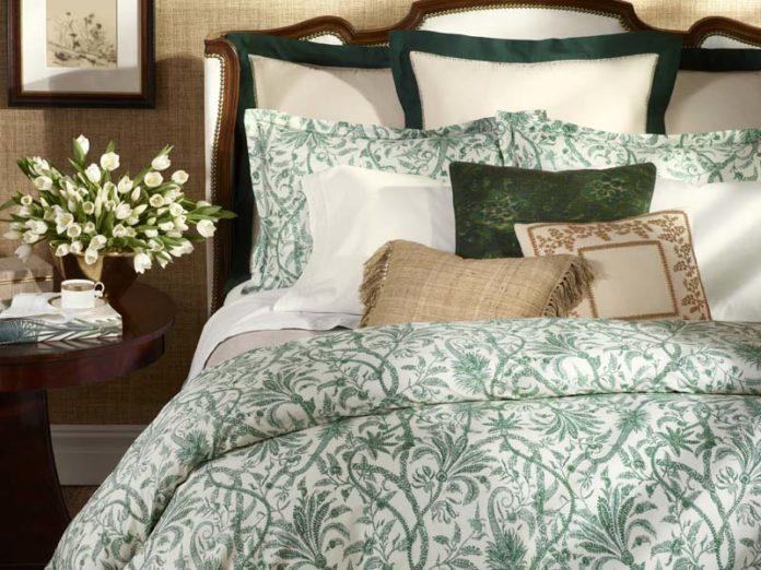 Постель с подушками и красивым бельем