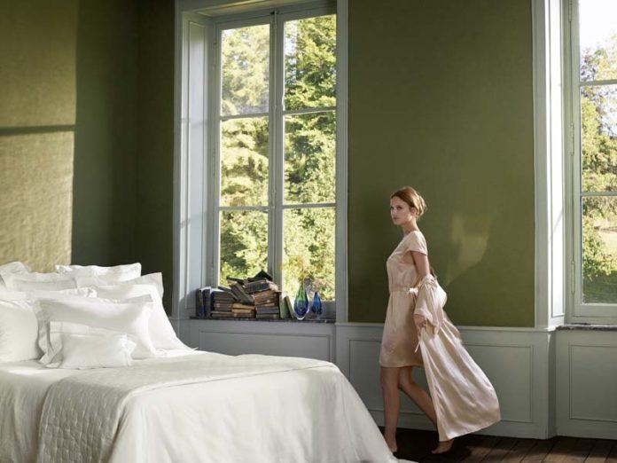 Девушка у кровати