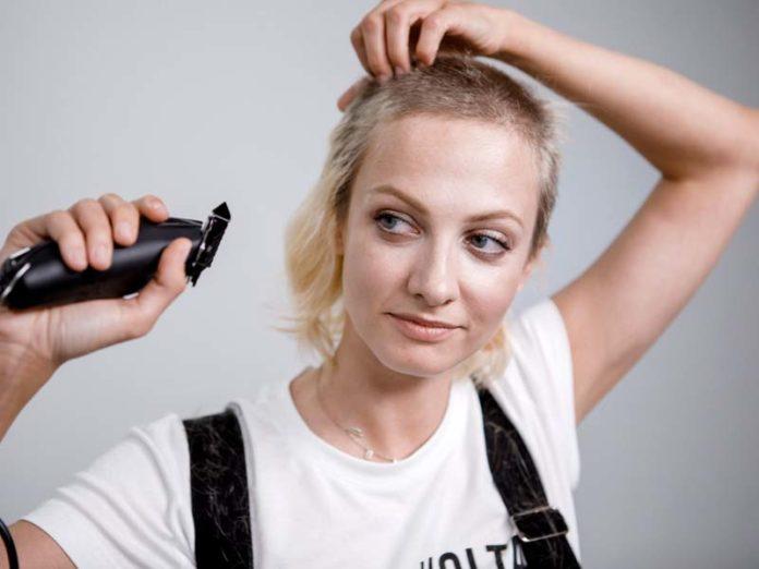 Полина Максимова бреется наголо