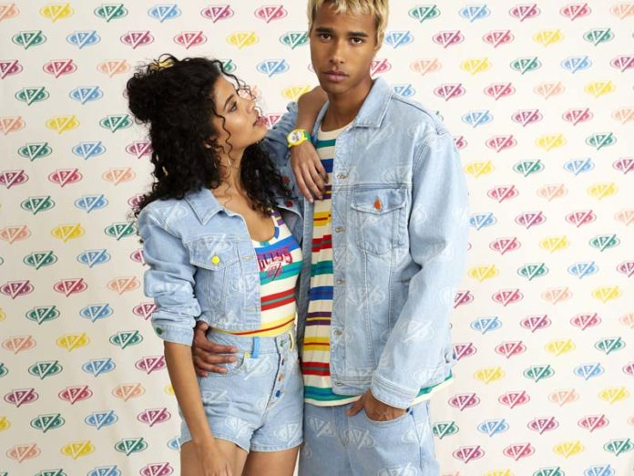 Девушка и парень в джинсах Guess x J Balvin Colores