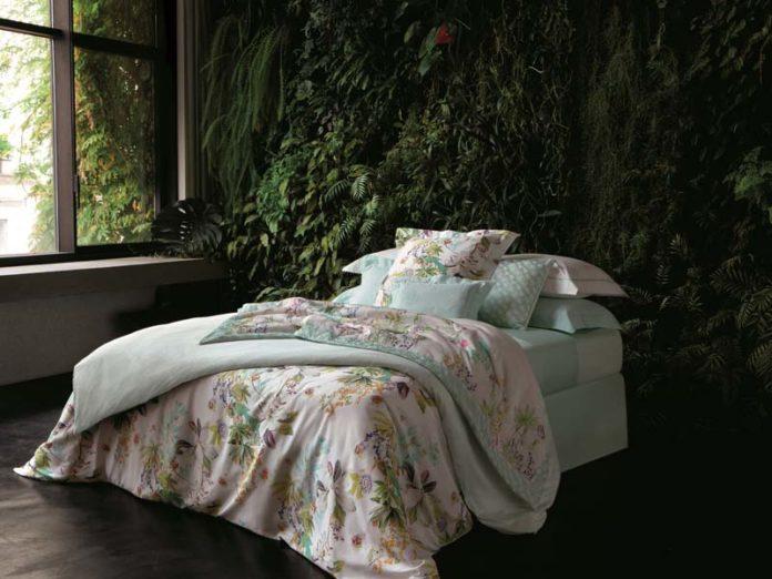 Красивая кровать с бельем в цветочек