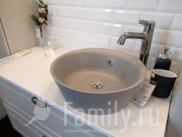 Серая круглая раковина и аксессуары для ванной комнаты