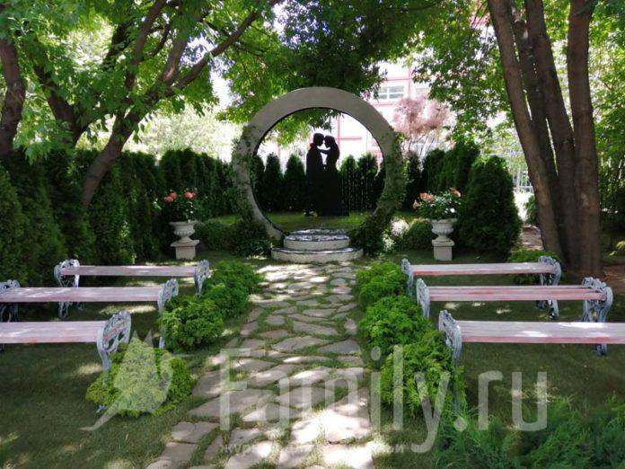 Влюбленные в саду
