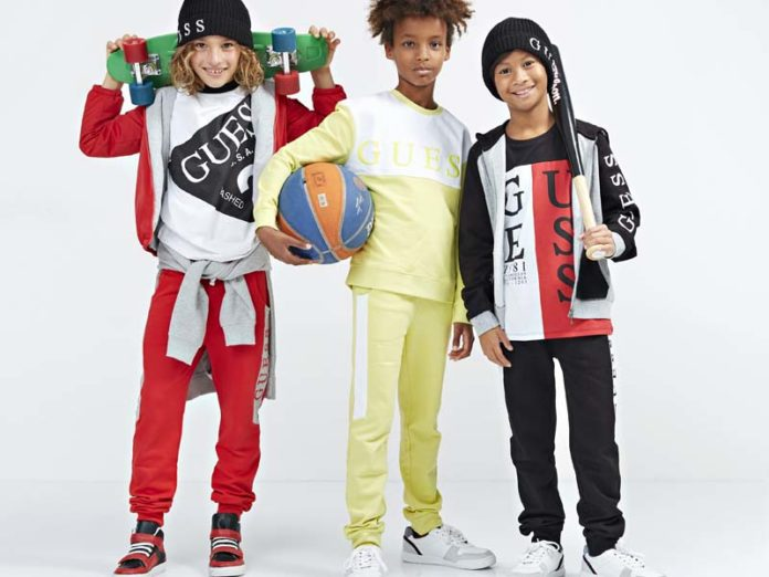 Мальчики в спортивных костюмах