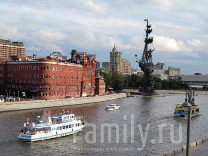 Москва река с корабликом