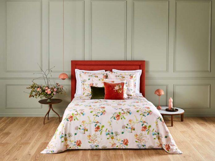 Красивая постель с бельем Bagatelle