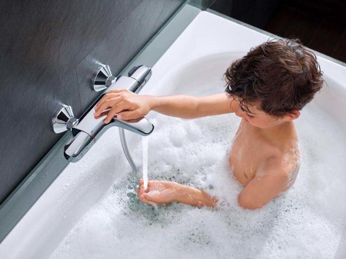 Мальчик в ванной