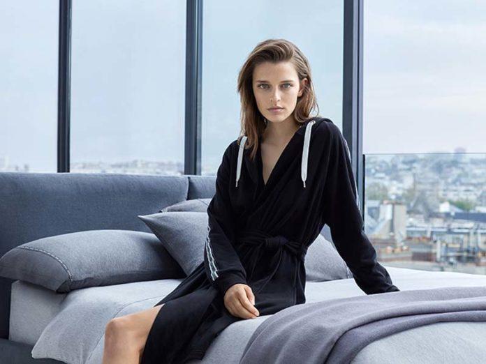 Девушка в халате