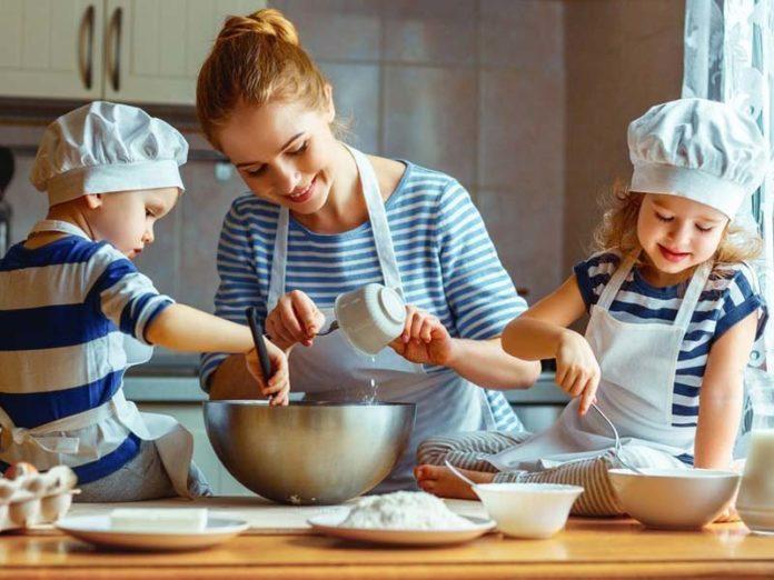 Мама и дети готовят на кухне