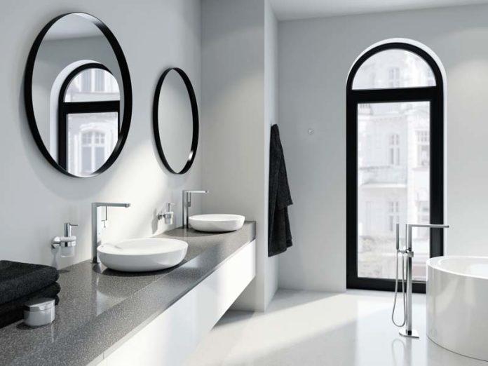 Круглые зеркала и арка в ванной