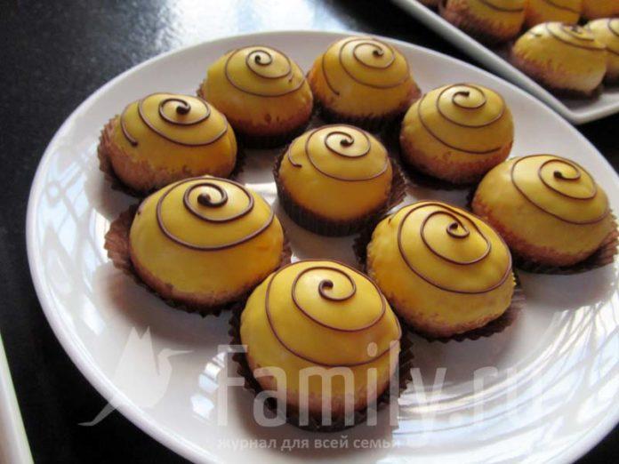 Пирожные на тарелке