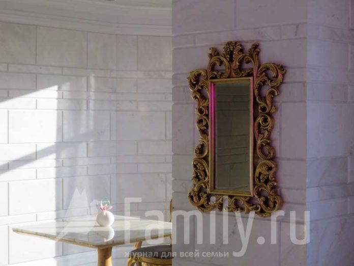 Зеркало в красивой раме