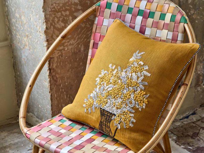 Плетеное кресло с подушкой