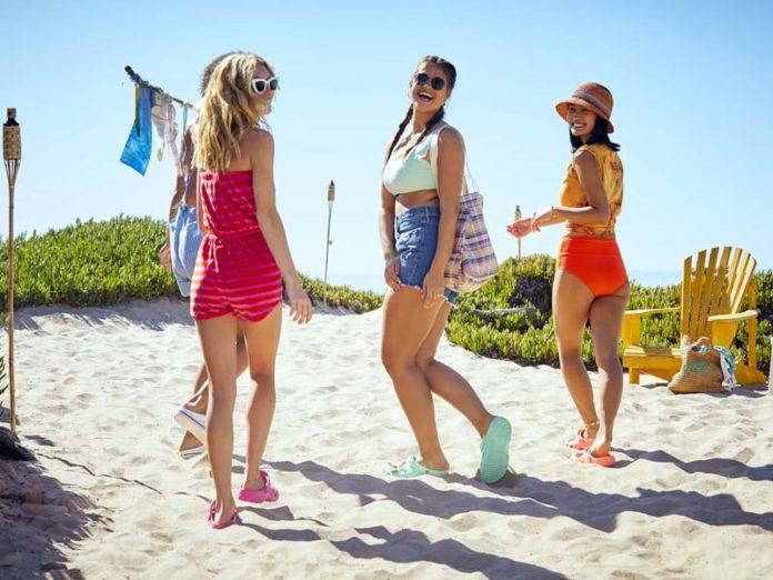 Девушки на пляже в обуви Crocs