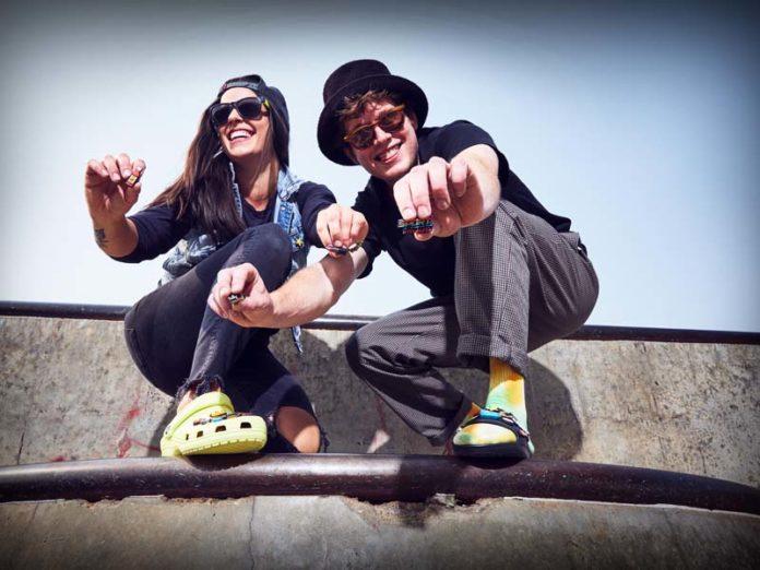 Парень и девушка в обуви Crocs
