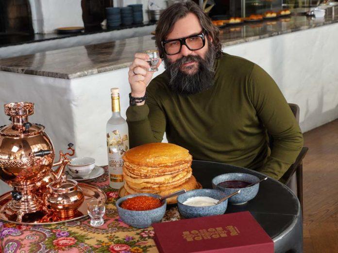 Алексей Васильчук за столом в ресторане