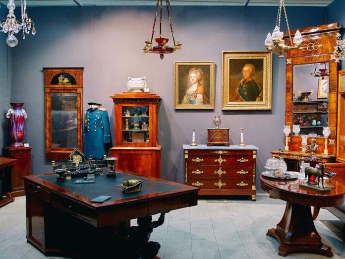 Старинная мебель и картины XIX века