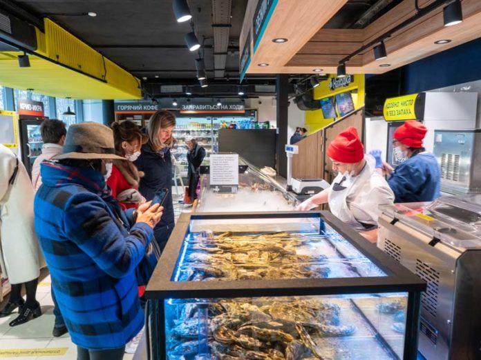Покупатели в рыбном магазине
