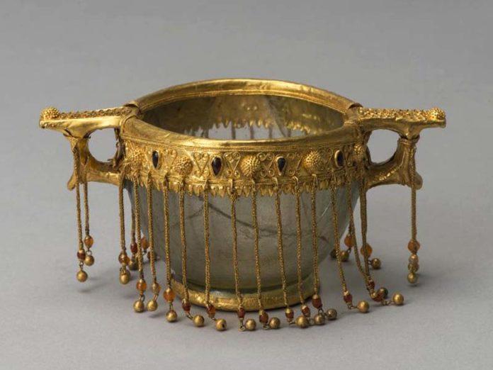 Чаша с золотом железного века