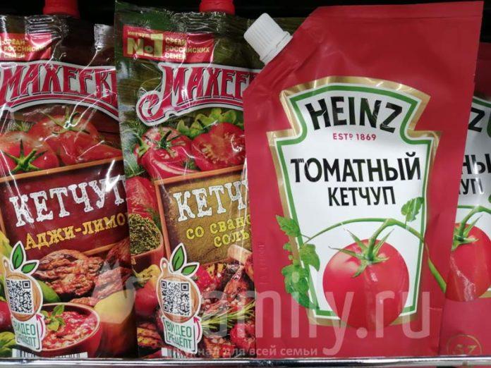 Кетчупы на полке магазина