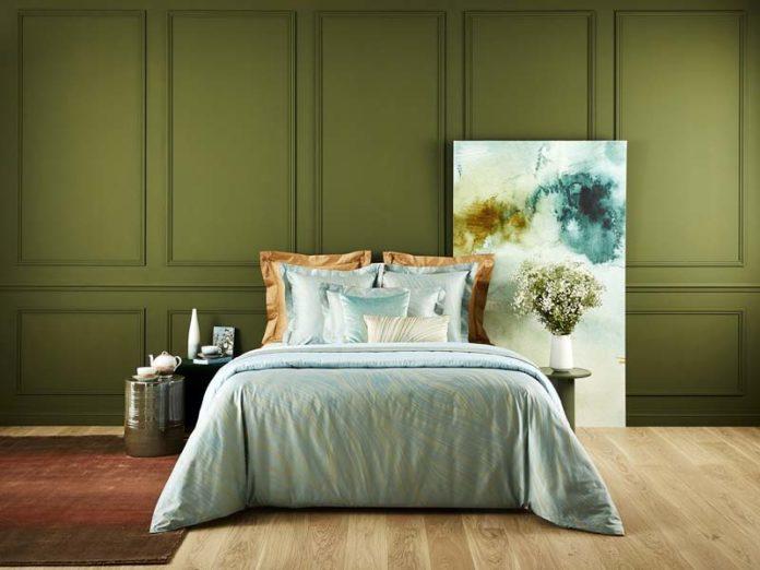 Стильная спальня в зеленоватых тонах