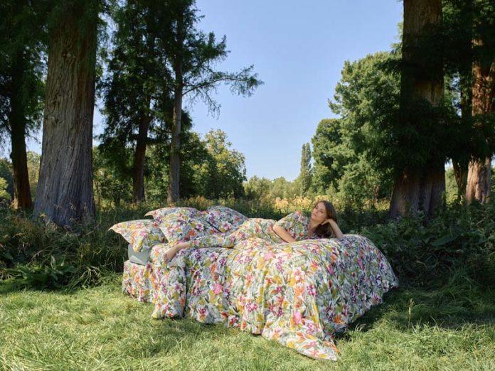 Девушка на кровати в саду