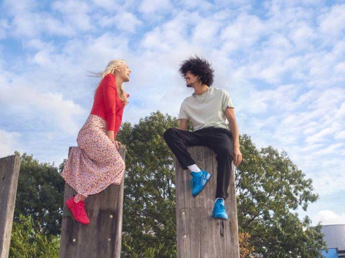 Девушка и парень в кроссовках Ecco