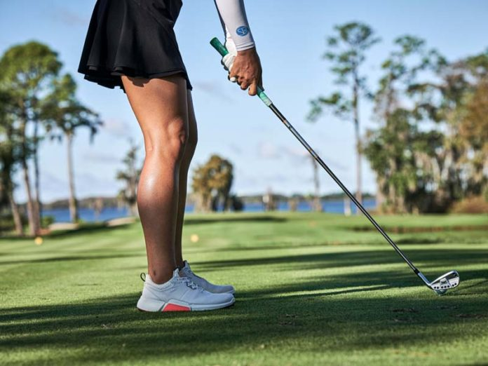 Девушка с клюшкой для гольфа