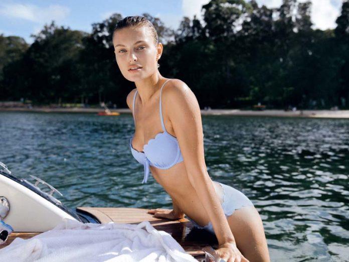 Девушка в голубом купальнике