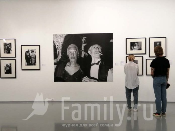 Люди на выставке фотографий в МАММ