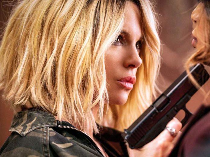 Кейт Бекинсейл с пистолетом