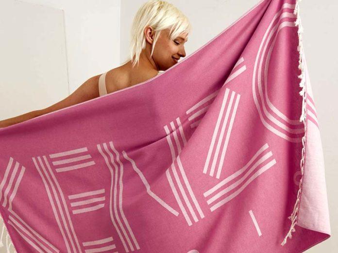 Девушка с розовым полотенцем Kenzo