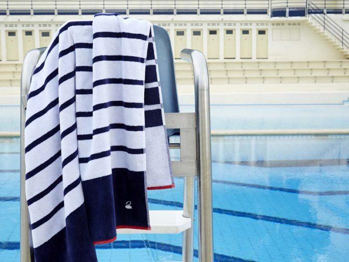 Пляжное полотенце у бассейна