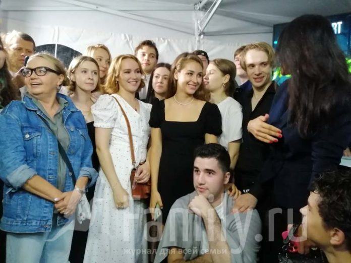 Молодые актеры в сериале «Новенький»