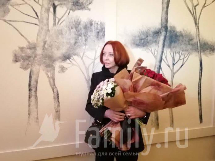 Анастасия Вертинская с букетом