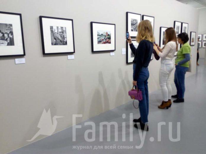Девушки на выставке